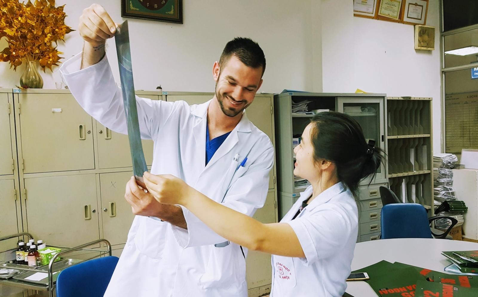 ベトナムの病院で現地人医師からレントゲン結果の見方を学ぶ医療インターン